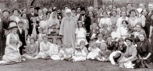'Abdu'l-Bahá shown here (at center) with Bahá'ís at Lincoln Park, Chicago, Illinois, USA, in 1912.
